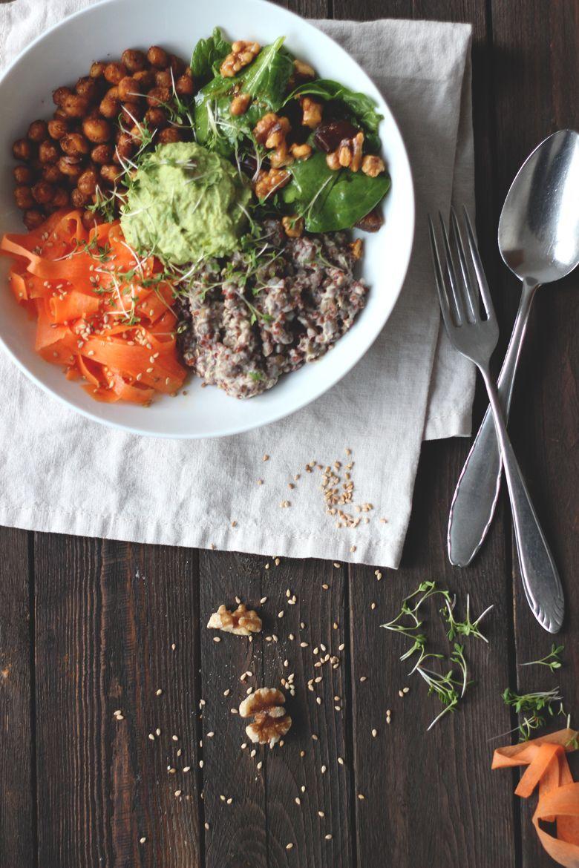 Good Life Bowl, Buddha Bowl mit Frühlingsgemüse, Quinoa und Kichererbsen. Vegan, glutenfrei, clean eating