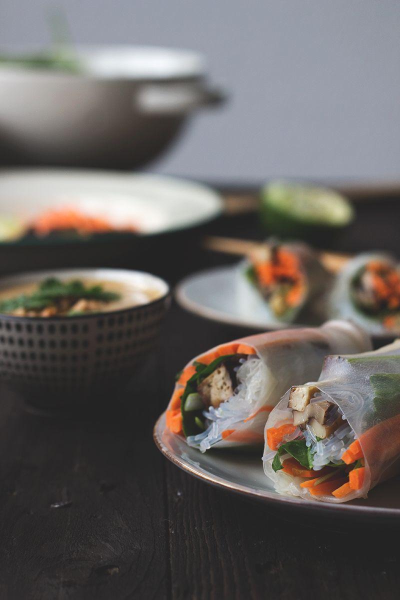 Summerrols gefüllt mit Gemüse und Tofu, mit fruchtigem Erdnussdip. vegan
