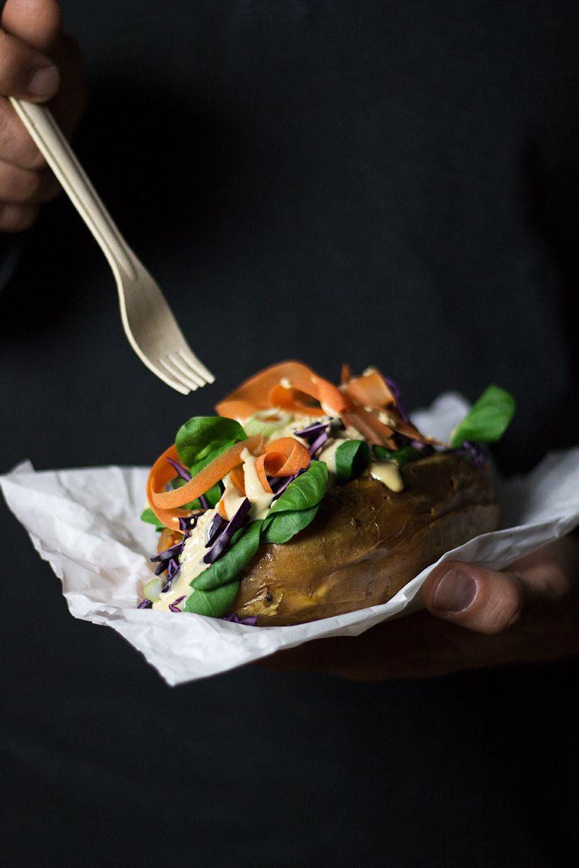 Kumpir. gefüllte Süßkartoffel mit Thai Stxle Salat. vegan und glutenfrei