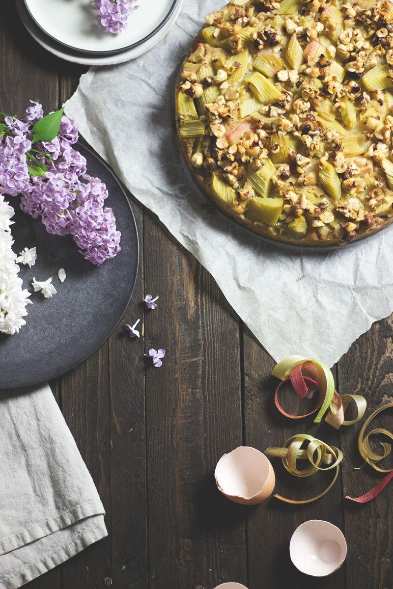 Glutenfreier Rhabarber-Haselnuss-Kuchen mit saftig-fluffigem Boden