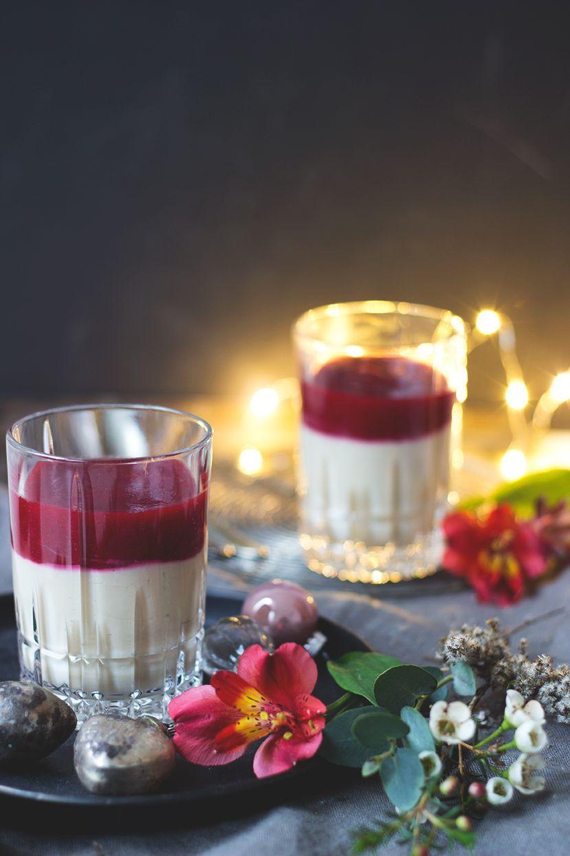 Vegane Panna Cotta mit Beerensauce_Weihnachtsmenü Dessert vegan und glutenfrei