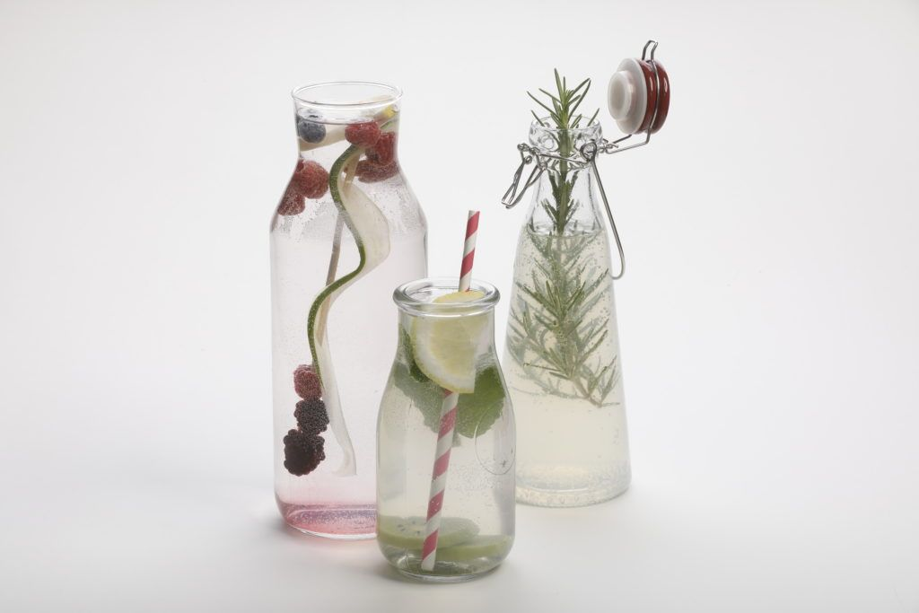 Wasser mit Fruchtinfusion sorgt für leichte Erfrischung und bietet Geschmack ohne ungesunde Zuckerzusätze