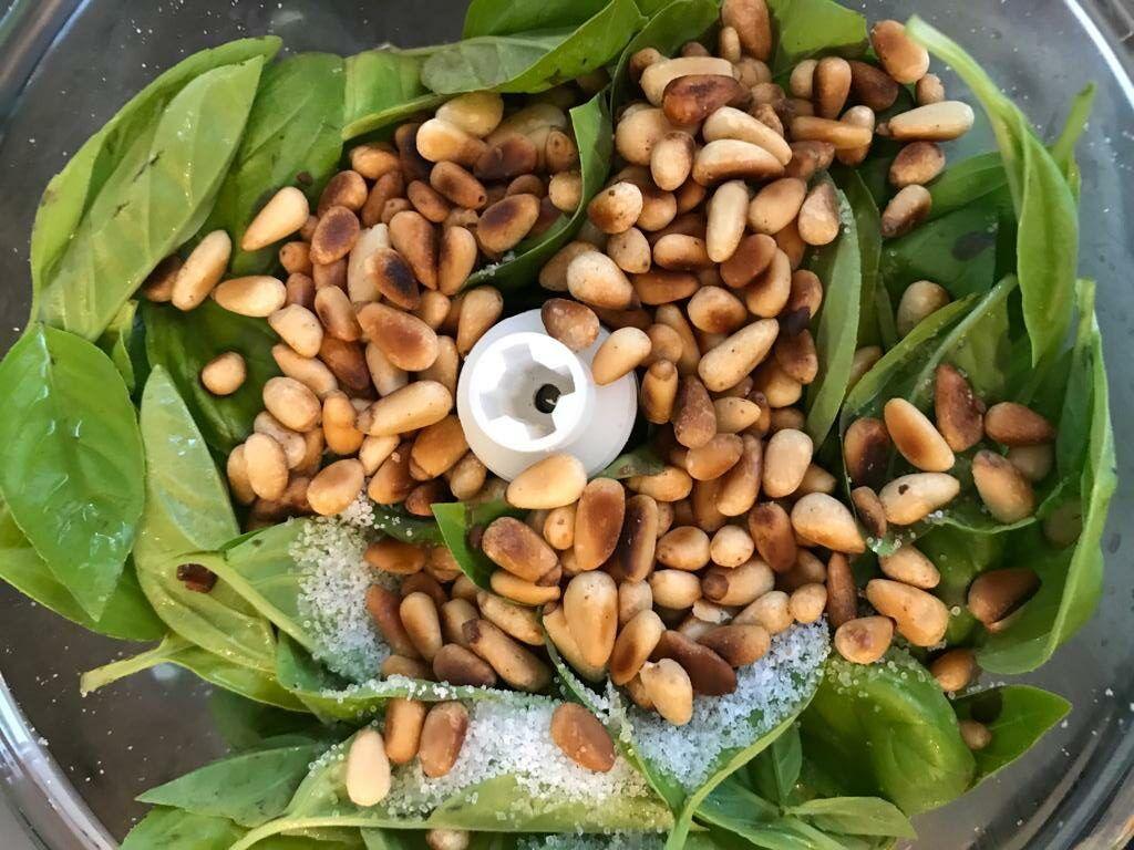 Aus Basilikum, Salz, Knoblauch, Öl und Pinienkernen wird leckeres Pesto