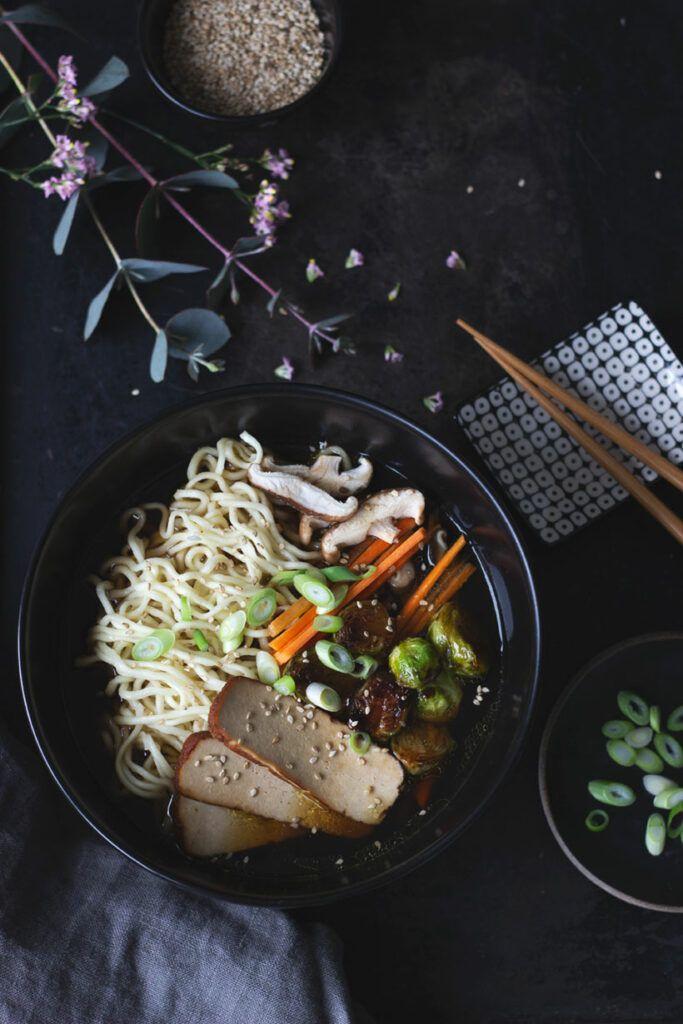 Vegane Ramen einfach selber machen - Rezept für japanische Nudelsuppe vegan und vegetarisch